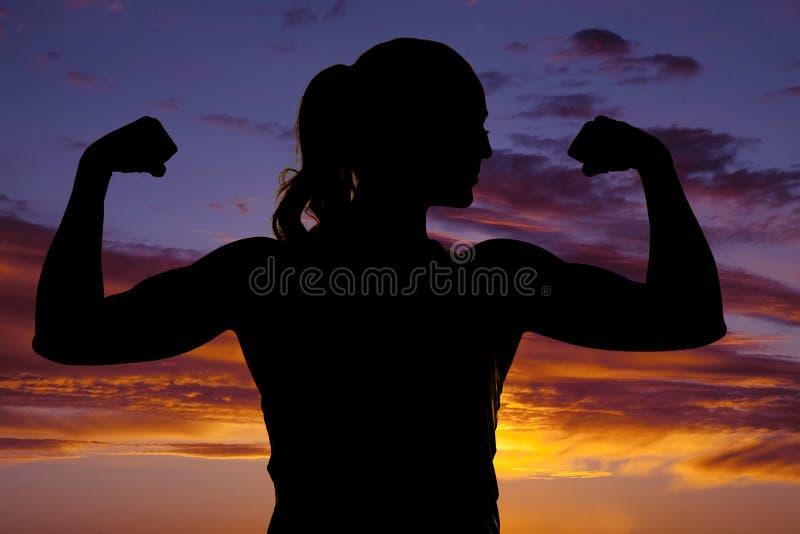 Silhueta do cabo flexível que da aptidão da mulher ambos os braços se fecham imagens de stock royalty free