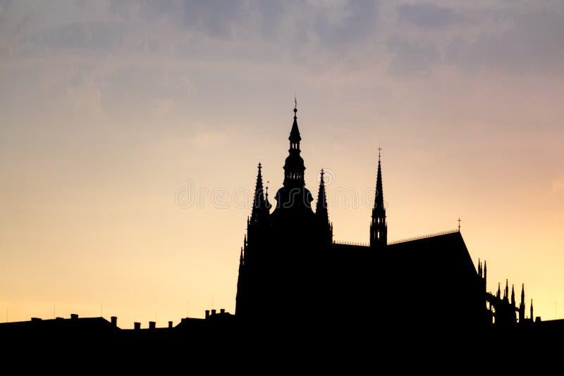 Silhueta do castelo de Praga durante o por do sol imagens de stock