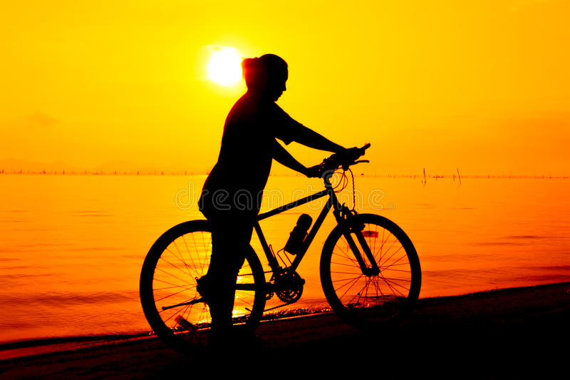 Silhueta do ciclista que aprecia a vista no beira-mar outdoors fotos de stock royalty free