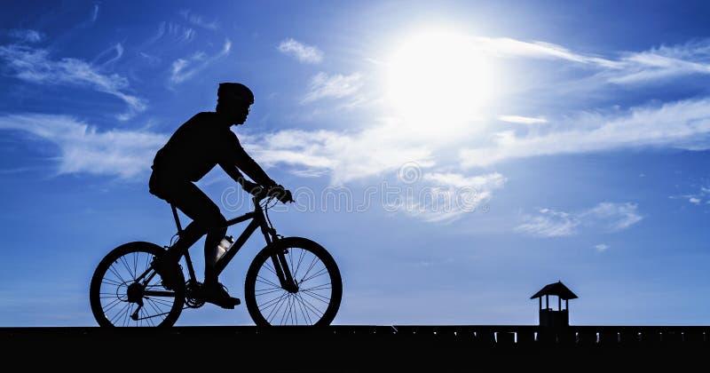 Silhueta do ciclista que monta uma bicicleta da estrada imagens de stock royalty free