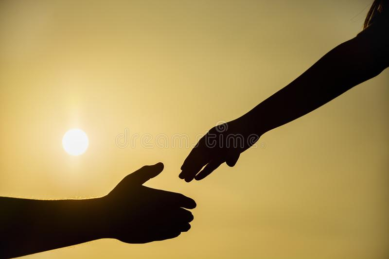 Silhueta do conceito da mão amiga e do dia internacional da paz foto de stock royalty free