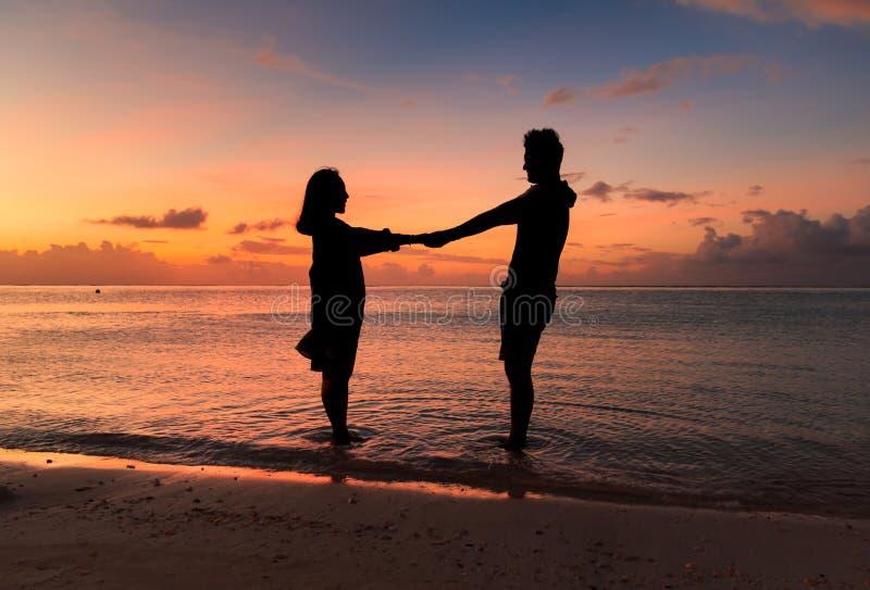 silhueta do couplewith um por do sol bonito fotos de stock royalty free