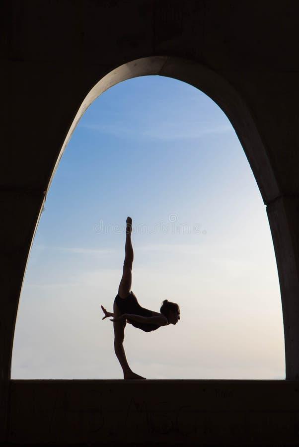 Silhueta do dançarino de bailado fora fotografia de stock royalty free