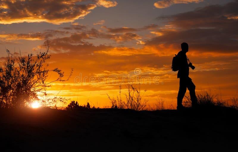 Silhueta do fotógrafo com sua câmera no por do sol fotografia de stock