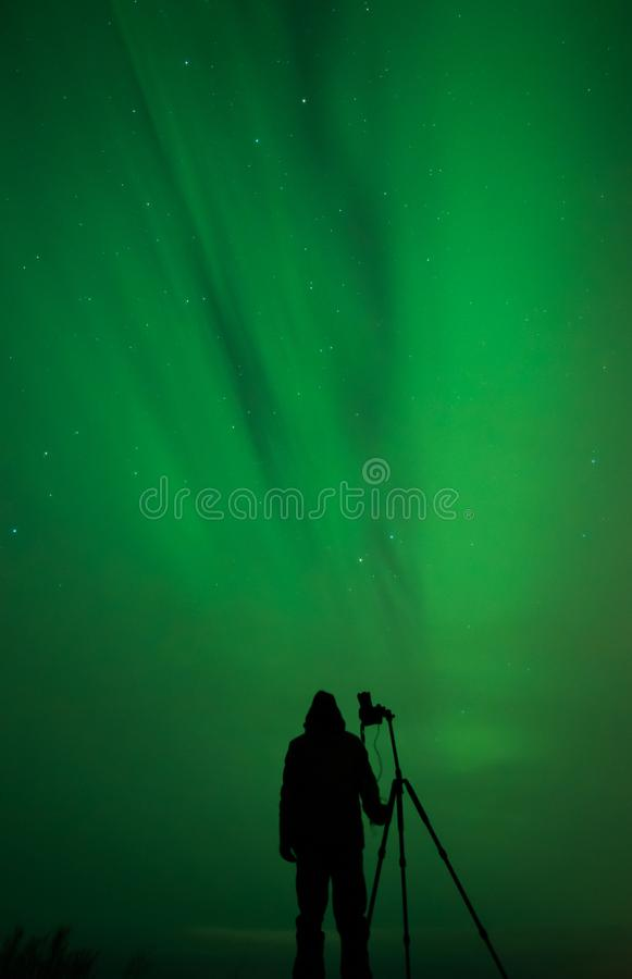 Silhueta do fotógrafo da aurora boreal imagens de stock