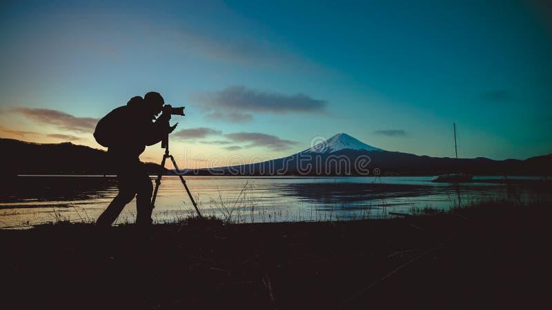 Silhueta do fotógrafo Taking Photo At Monte Fuji foto de stock