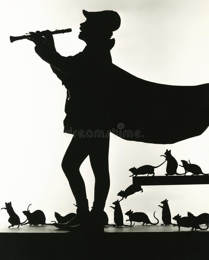 Silhueta do gaiteiro Pied seguida por ratos fotos de stock royalty free