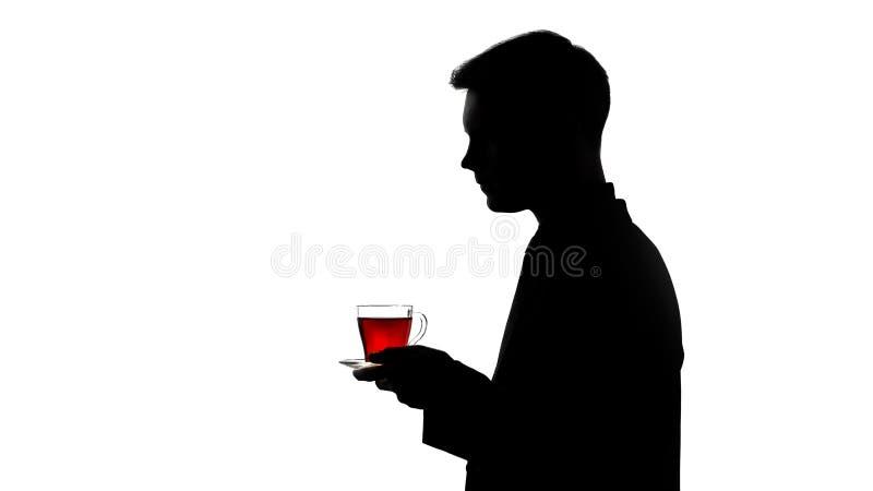 Silhueta do garçom que traz o copo do chá recentemente fabricado cerveja ao cliente, serviço imagens de stock