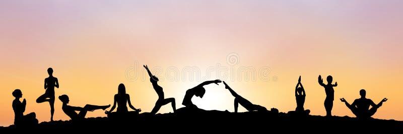 silhueta do grupo da ioga no por do sol ilustração do vetor