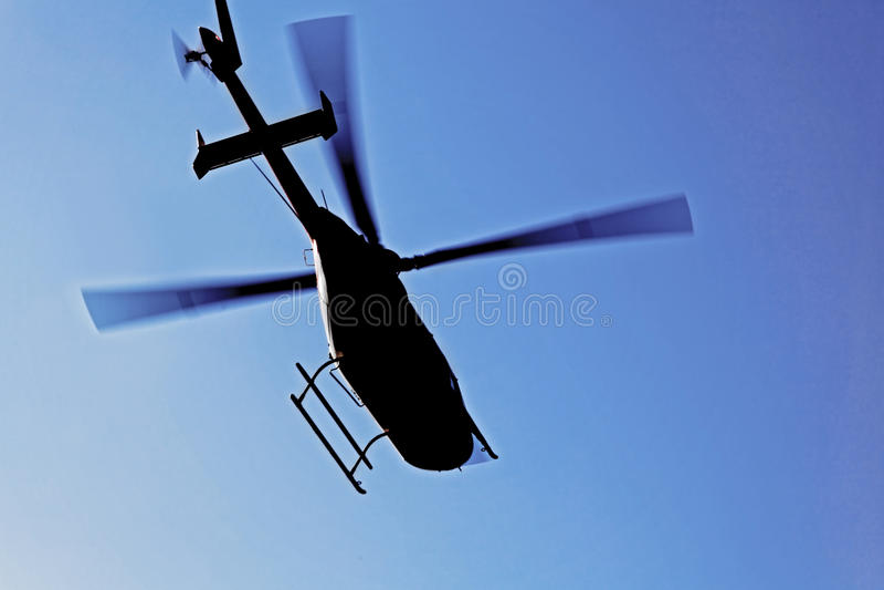 Silhueta do helicóptero no vôo imagens de stock