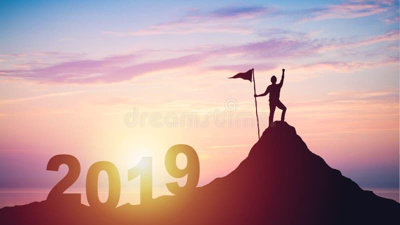 Silhueta do homem com a bandeira na parte superior da montanha sobre o por do sol imagem de stock royalty free