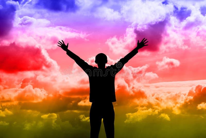 Silhueta do homem de encontro ao céu dramático ilustração do vetor