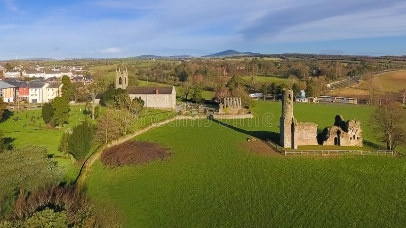 Silhueta do homem de negócio Cowering Abadia e catedral do ` s de St Mary ferns co Wexford ireland fotos de stock