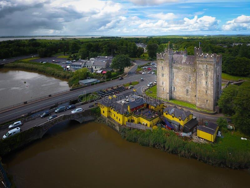 Silhueta do homem de negócio Cowering Castelo de Bunratty Co clare ireland fotografia de stock
