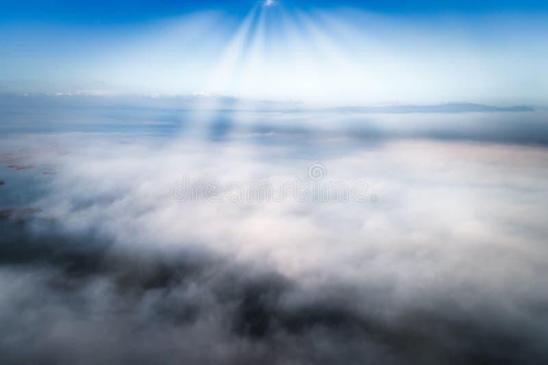 Silhueta do homem de negócio Cowering Voo sobre as nuvens foto de stock royalty free