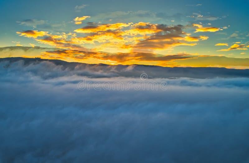 Silhueta do homem de negócio Cowering Voo sobre as nuvens fotos de stock royalty free