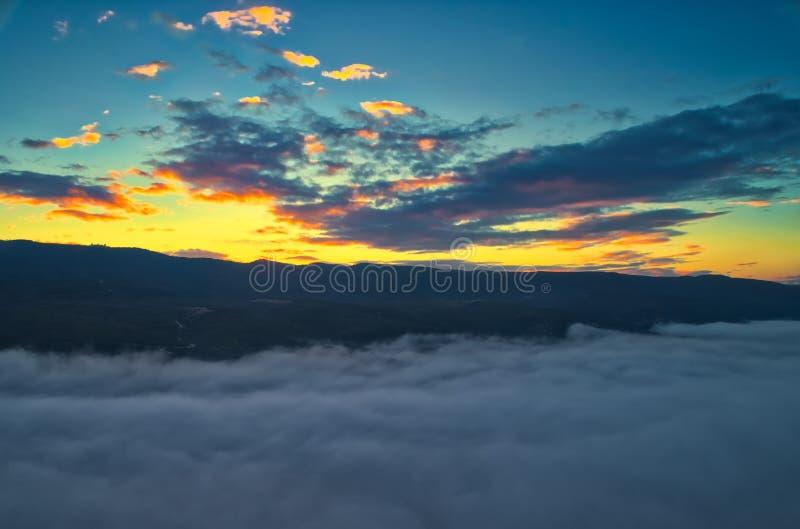 Silhueta do homem de negócio Cowering Voo sobre as nuvens fotos de stock