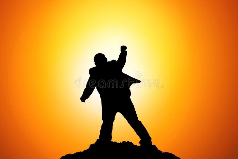 Silhueta do homem de negócios Celebration Success Happiness em uma parte superior da montanha Negócio, realização, sucesso, conce imagem de stock