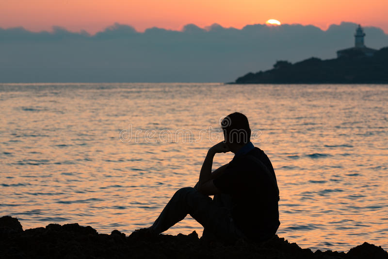 Silhueta do homem de pensamento no nascer do sol fotografia de stock royalty free