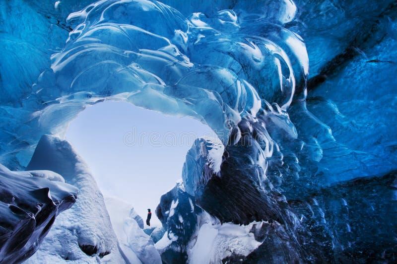 Silhueta do homem na caverna de gelo Caverna de gelo de cristal azul e um rio subterrâneo abaixo da geleira Natureza de surpresa  foto de stock