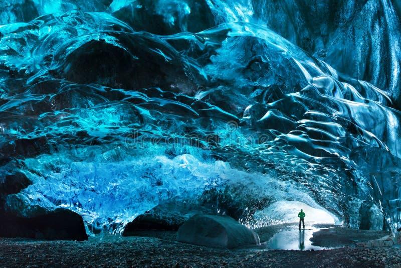 Silhueta do homem na caverna de gelo Caverna de gelo de cristal azul e um rio subterrâneo abaixo da geleira Natureza de surpresa  imagens de stock