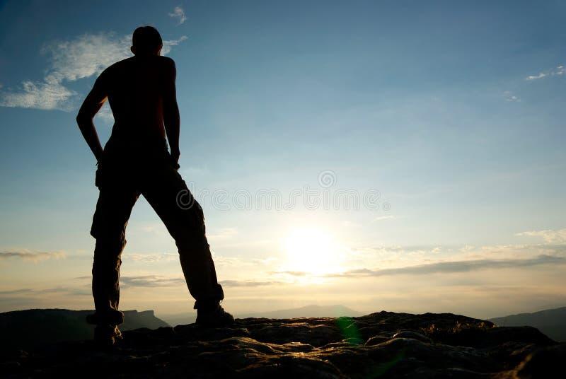Silhueta do homem na montanha. foto de stock