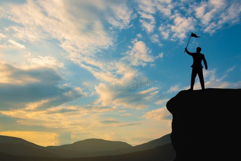 Silhueta do homem no topo da montanha sobre o céu e a luz solar, negócios, sucesso, liderança, conquista e conceito de pessoas imagem de stock royalty free