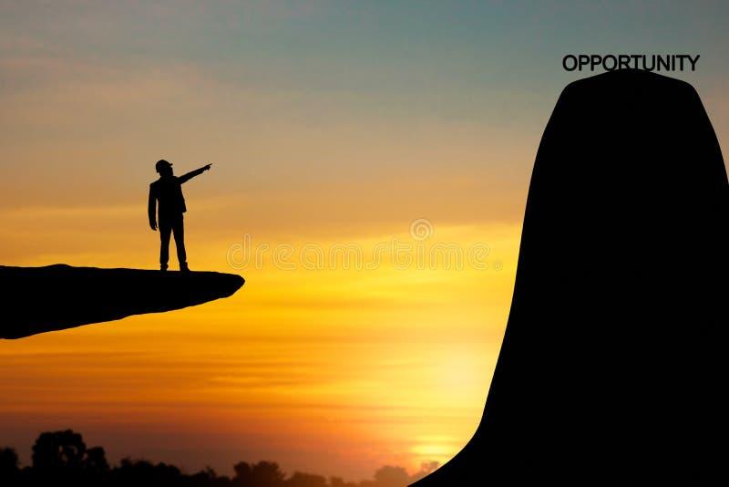 silhueta do homem que aponta à parte superior da montanha, da oportunidade e do c ilustração stock