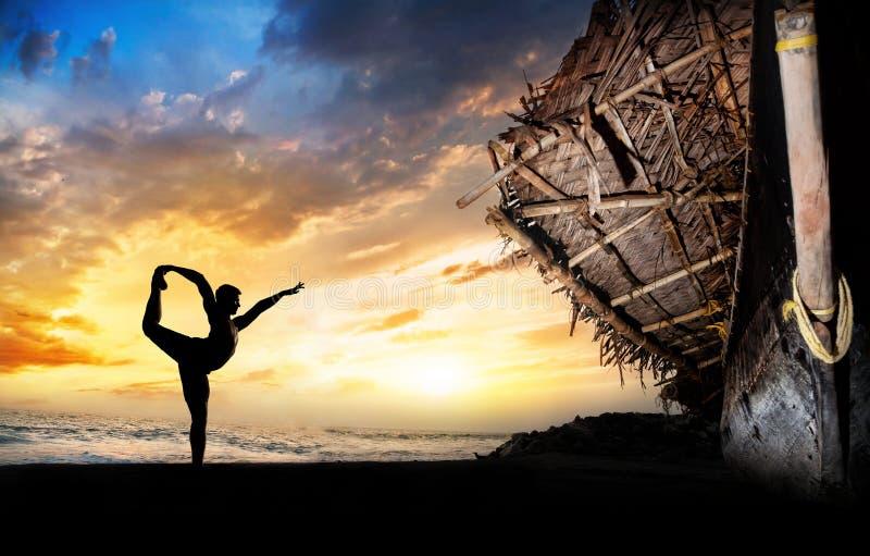 Silhueta do homem que faz a ioga fotos de stock