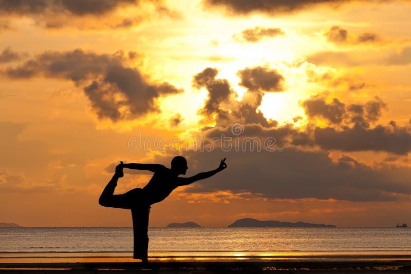 Silhueta do homem que faz o natarja do exercício da ioga imagens de stock