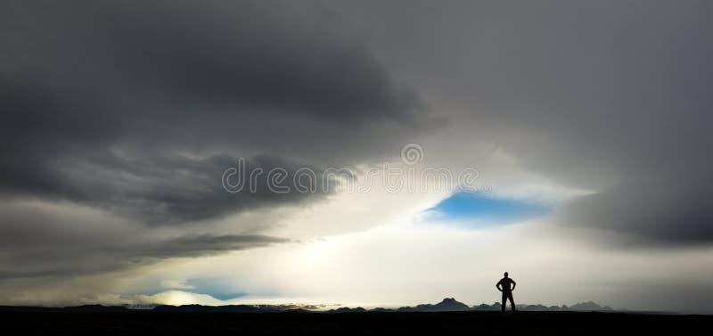Silhueta do homem que olha a tempestade e nuvens enormes em Islândia imagem de stock royalty free