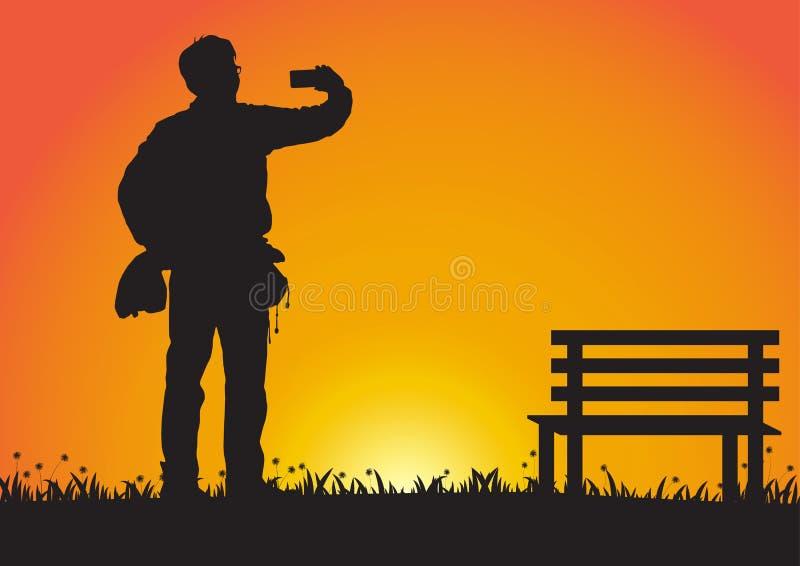 Silhueta do homem que usa o telefone celular no fundo dourado do por do sol ilustração do vetor