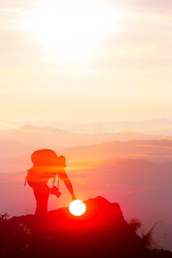 A silhueta do homem sustenta as m?os no pico da montanha, conceito do sucesso imagem de stock royalty free