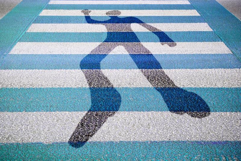 Silhueta do homem tirada em uma estrada pavimentada azul e branca - imagem do conceito fotos de stock