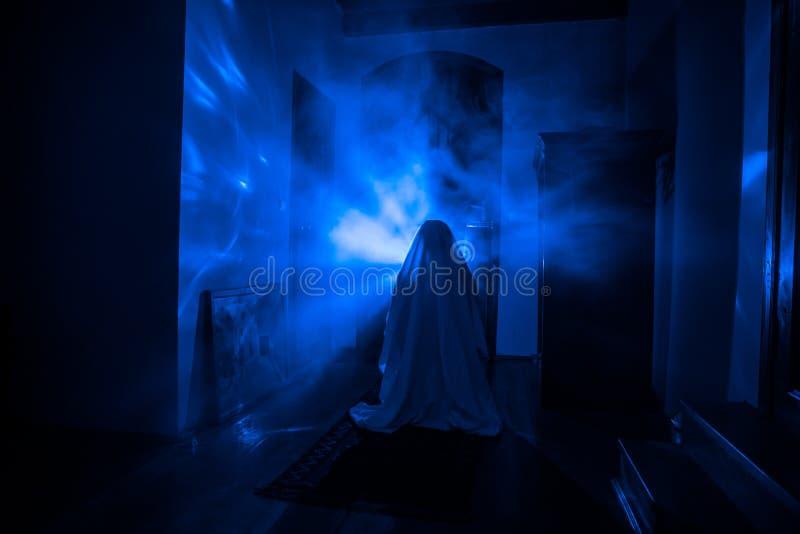 Silhueta do horror do fantasma dentro da sala escura com a silhueta assustador do conceito do Dia das Bruxas do espelho da bruxa  foto de stock royalty free