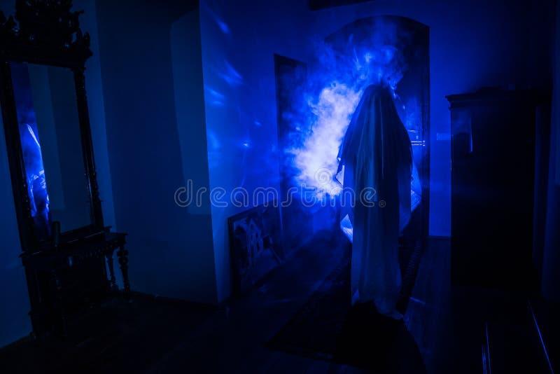 Silhueta do horror do fantasma dentro da sala escura com a silhueta assustador do conceito do Dia das Bruxas do espelho da bruxa  imagem de stock royalty free