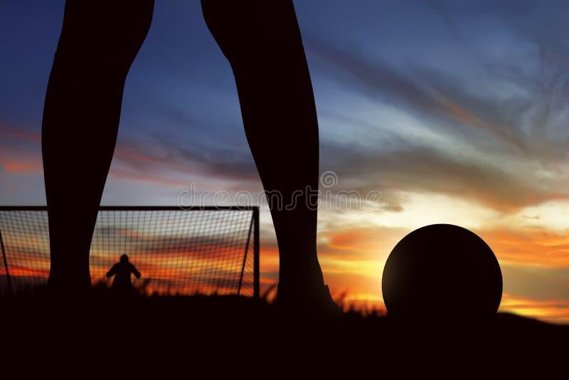 Silhueta do jogador de futebol pronta para executar o pontapé de grande penalidade foto de stock