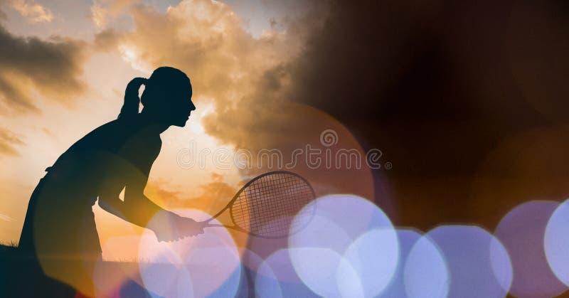 Silhueta do jogador de tênis da mulher e transição marrom do bokeh fotos de stock