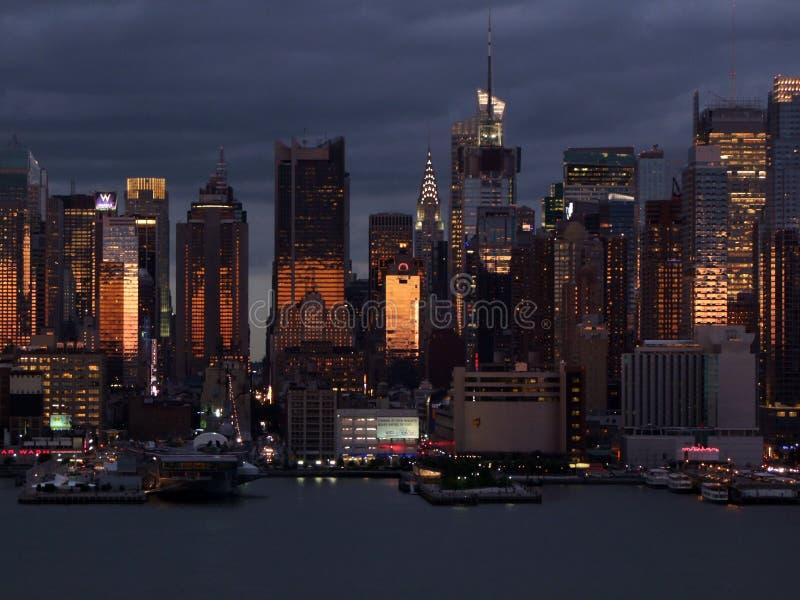 Silhueta do Lower Manhattan no fundo do céu noturno imagem de stock royalty free
