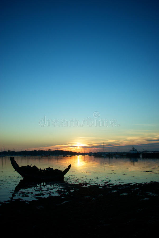 Silhueta do mar do por do sol  imagem de stock