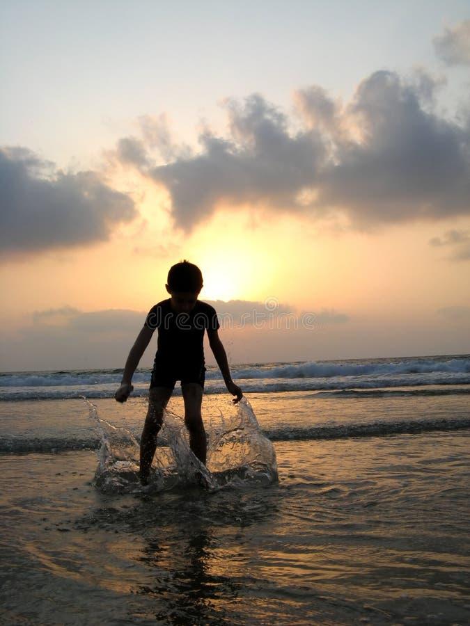 Silhueta do miúdo na praia fotografia de stock royalty free