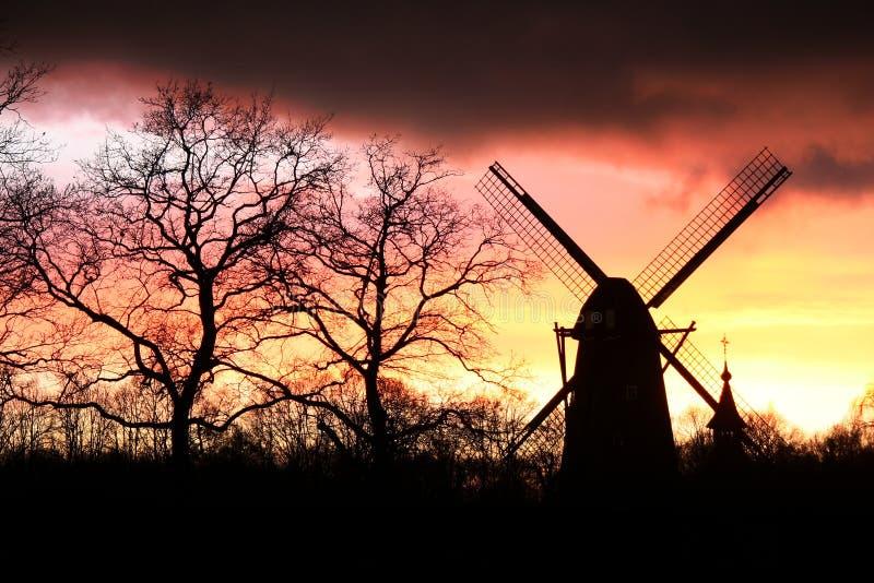 Silhueta do moinho de vento fotografia de stock