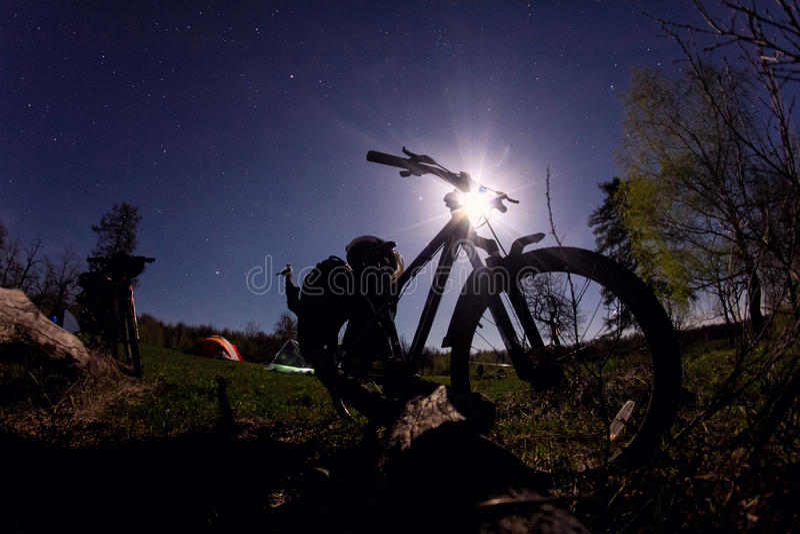 Silhueta do Mountain bike na noite fotografia de stock