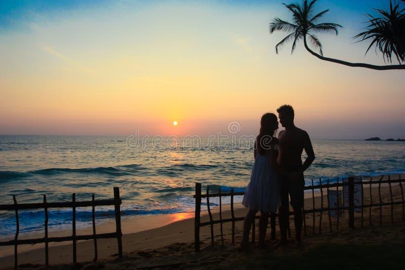 A silhueta do par em um destino tropical imagem de stock royalty free