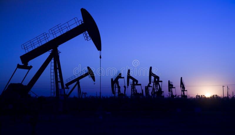 Silhueta do poço de petróleo fotografia de stock