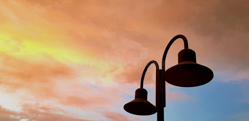 Silhueta do polo claro com o céu colorido do alvorecer no tempo do por do sol e no espaço esquerdo da cópia imagem de stock royalty free