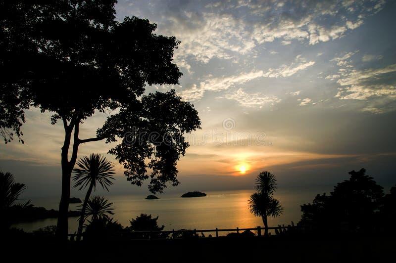 Silhueta do por do sol da praia do mar do ponto de vista fotos de stock