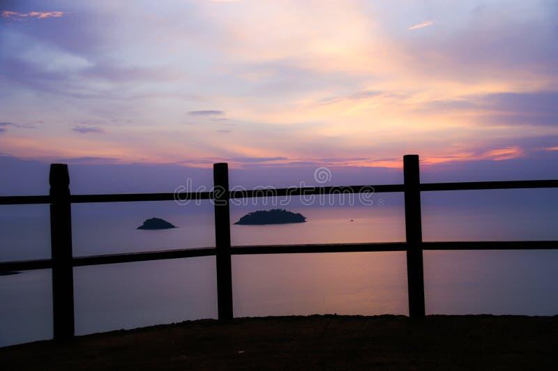 Silhueta do por do sol da praia do mar do ponto de vista foto de stock royalty free
