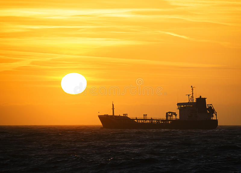 Silhueta do por do sol do navio foto de stock royalty free