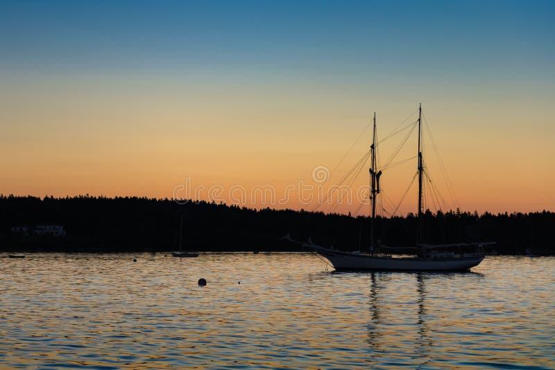 Silhueta do por do sol do veleiro imagens de stock